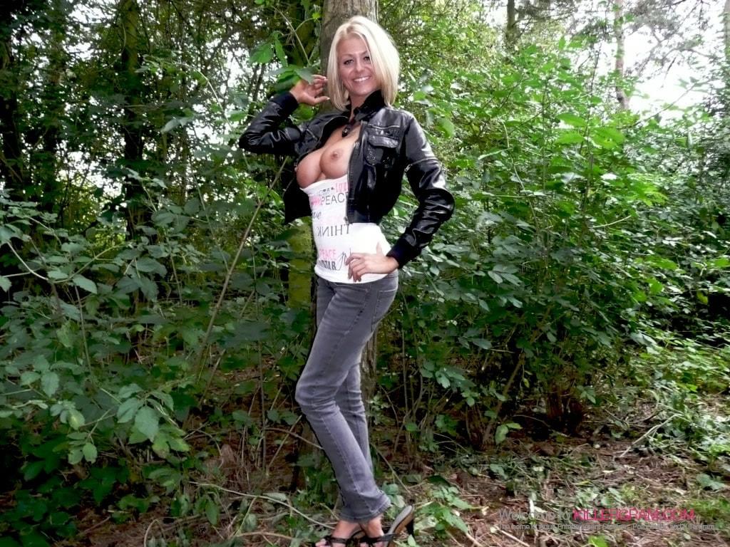 Tia Layne - A Stunning Dogging Mission